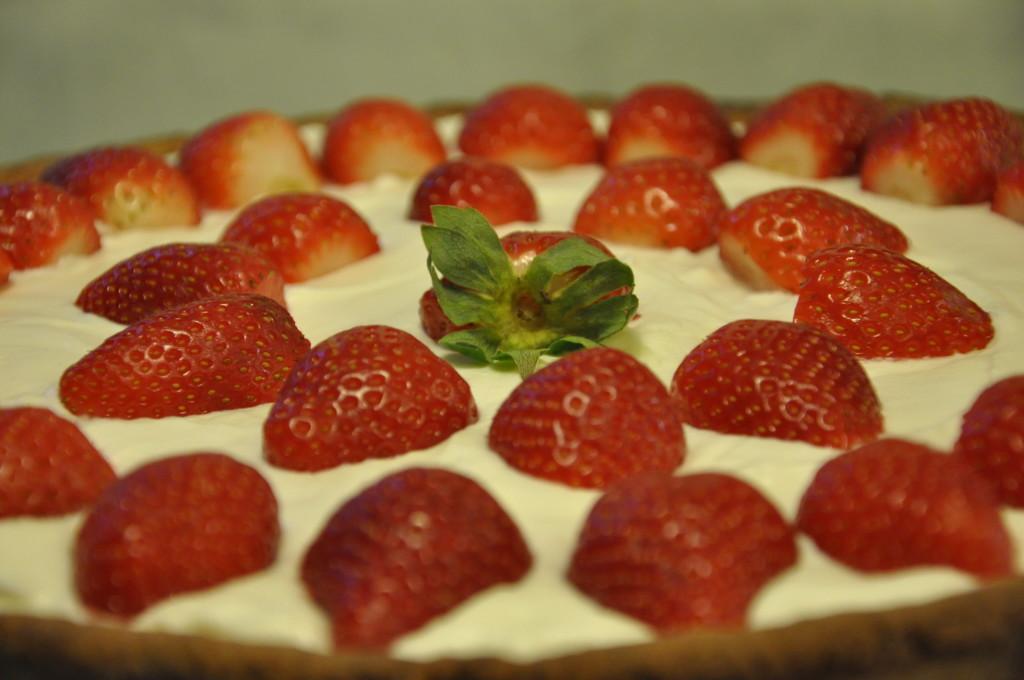 Tarta z truskawkami, serkiem mascarpone i rabarbarową niespodzianką