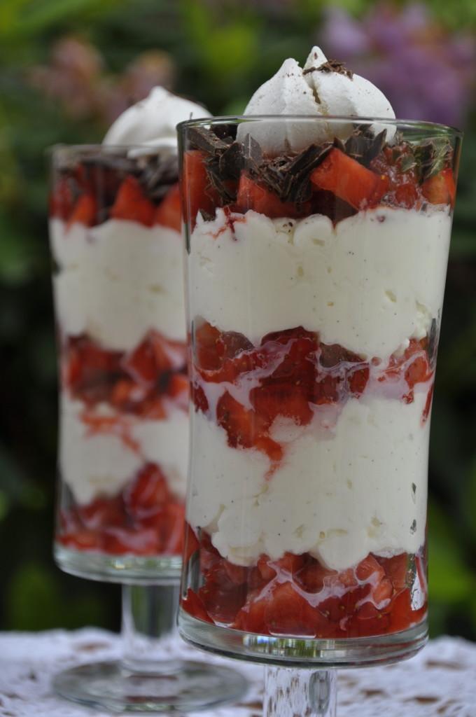 Szybki deser z truskawkami