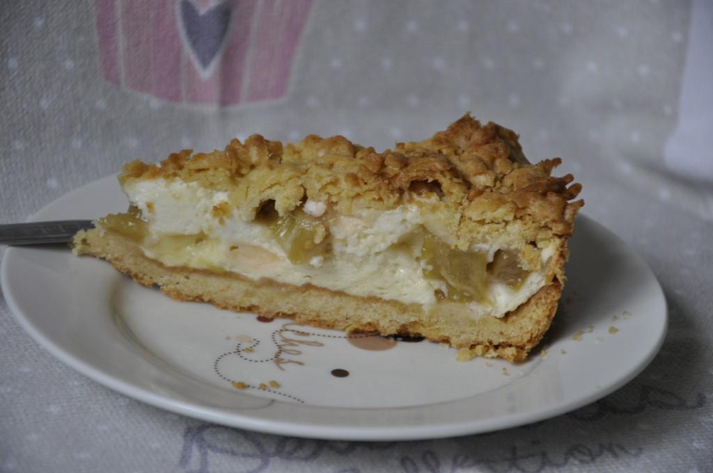 Kruche ciasto z rabarbarem i bezą budyniową