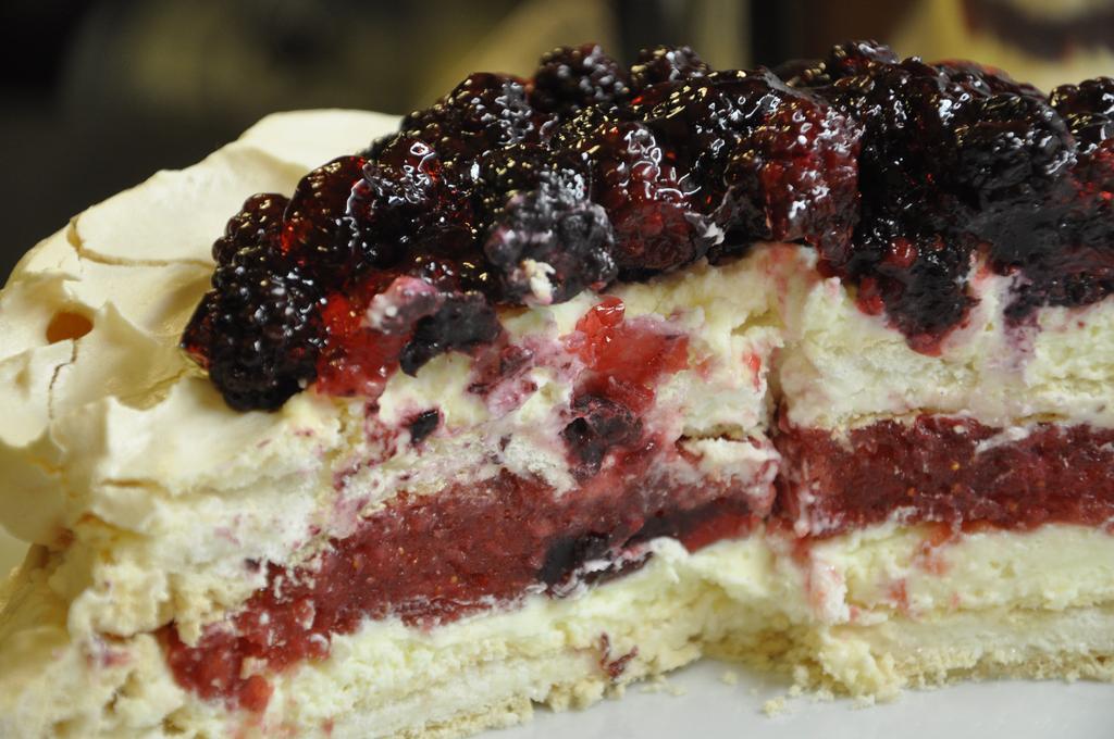 Tort bezowy z musem truskawkowym i jeżynami