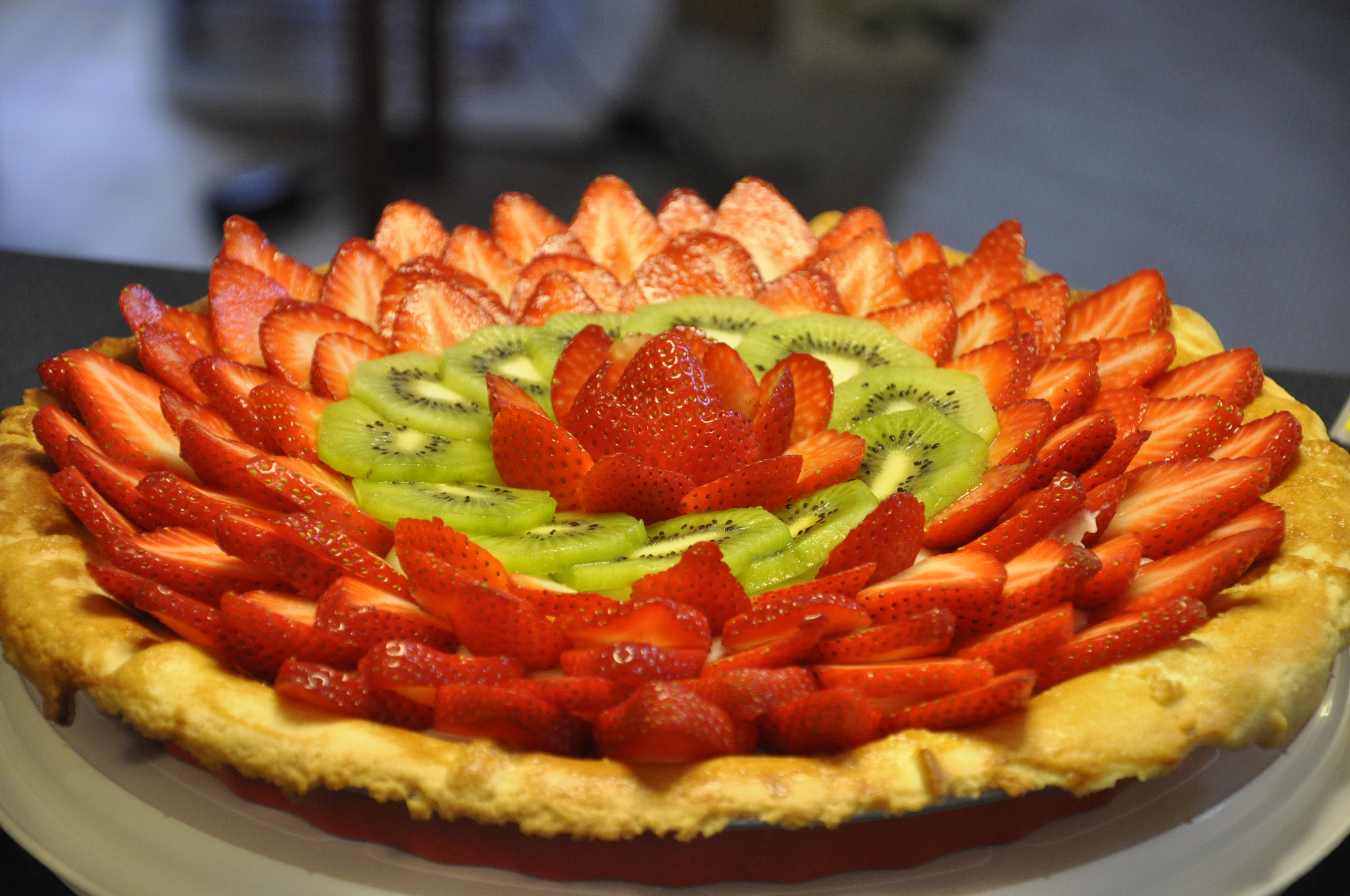 Krucha tarta z budyniem i owocami z nutką powideł śliwkowych