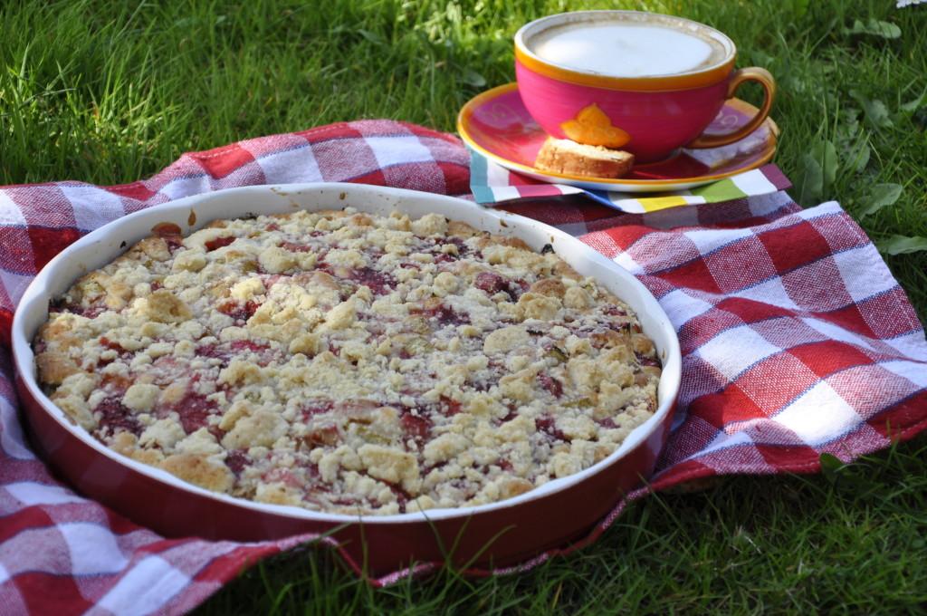 Ucierane ciasto z rabarbarem,truskawkami i kruszonką