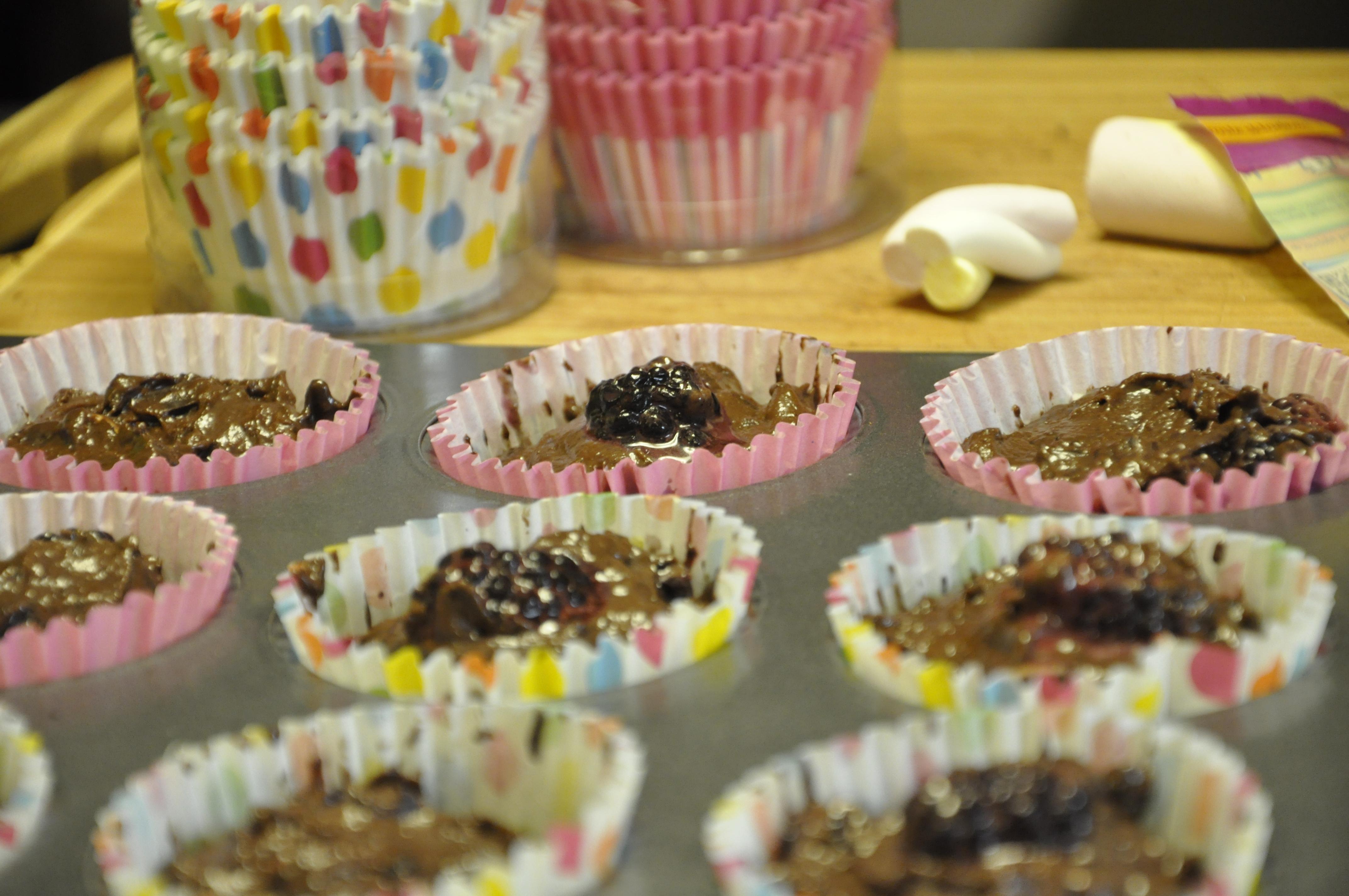 muffinki czekoladowe z jeżynami i słodką niespodzianką